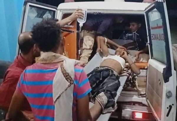 إصابة شاب وطفل برصاص قناص حوثي استهدفهما داخل سوق جنوب الحديدة